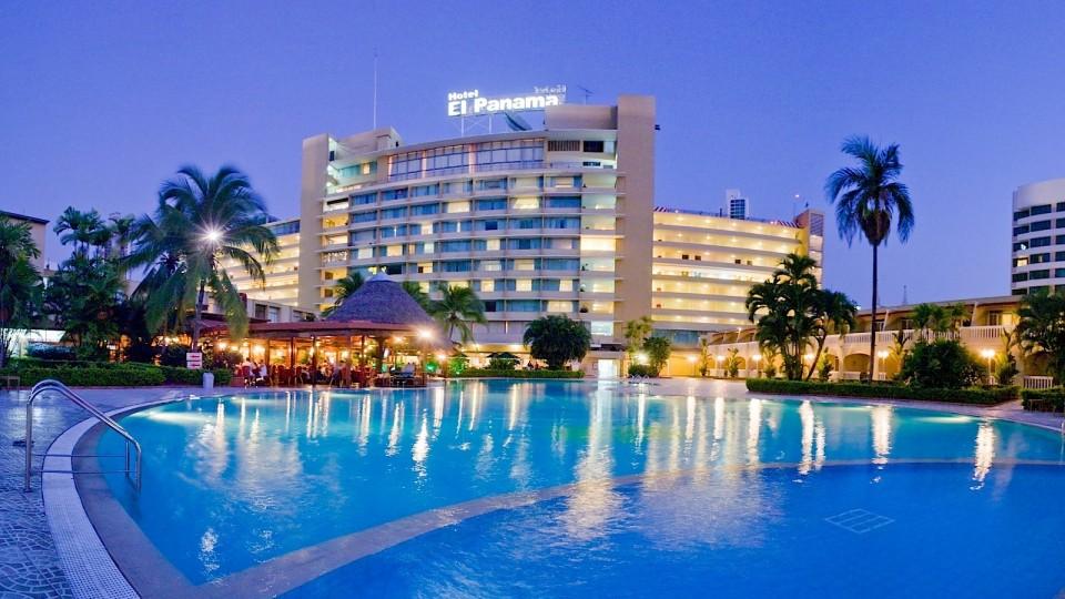 Panama-Pool_exterior_night